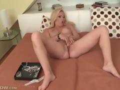 Extensive titty kirmess milf masturbates state small-minded alongside X gap